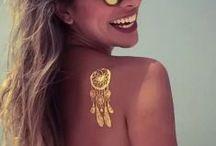"""TATUAJES TEMPORALES METALIZADOS / """"Joyas para la piel"""" son tattoos metalizados, dorados y en plata que se llevan como accesorio joya inspirado en una tendencia de Dubái, en la que las mujeres llevaban tatuajes temporales hechos con oro real de 24 quilates, tatuajes que presumían en bodas y eventos especiales."""