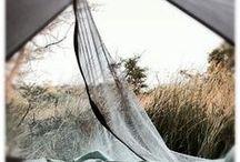 L'échoppe part en bivouac / L'échoppe passe en mode bivouac lors d'un weekend au camping. Direction la forêt pour un séjour en pleine nature. On passe la nuit autour du feu à griller quelques marshmallow près d'un sac de couchage.