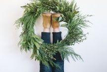 L'échoppe couronne Noël - DIY couronne de Noël / Quelques idées décoration pour Noël. On réalise la classique couronne de l'avent avec des branches de sapin et d'épicéa et des plantes et fruits d'hiver ramasser dans la nature. Cette décoration de fête ira à merveille sur la porte d'entrée pour accueillir les invités.