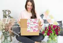 """Just Bloom / """"Just Bloom"""" Edition Unsere allererste Box Stories Edition!!! Passend zum Frühlingsstart enthält unsere Launch-Box 7 Gute-Laune-Produkte, die dich ab jetzt durch den Alltag begleiten. Ganz nach unserem Motto """"Just Bloom"""" bringen sie dir den Frühling nach Hause und zaubern dir hoffentlich ein Lächeln ins Gesicht!"""