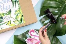 """Good Vibes / """"Good Vibes"""" Edition Von Beauty-Booster bis Statement-Beutel: Wir haben 6 Gute-Laune-Produkte für dich herausgepickt, die für jede Menge Good Vibes sorgen. Mit diesem Tropical-Mix wird dein Sommer einfach noch schöner!"""