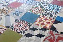 Carreaux de ciments / Entièrement fabriqué à la main à l'aide de sable, de ciment et de pigments naturels, le carreau de ciment se conjugue en une multitude de motifs originaux et d'unis aux couleurs chaudes. Le carreau de ciment se fait le complice de votre décor intérieur.