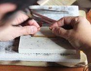Maison Mathûvû / La marque / Nous créons et collaborons avec des créateurs et artisans afin de proposer nos propres collections dans différents univers : vêtements, bijoux et accessoires fabriqués dans notre atelier et dans la région lyonnaise sous la marque Maison Mathûvû.