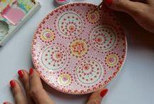 Keramiek beschilderen bv stippen (stipstijl) / Ook gek op stippen? Dan is dit bord echt iets voor jou. Vol met voorbeelden van stip designs op servies.