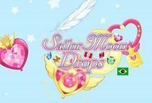 """Sailor Moon Drops """"IOS IPhone!""""Japanese And American Version And Android Version!Sailor Moon 25th Anniversary! / Categorias: Sailor MoonSéries de mangaMangás de 1992Mangás de romanceMangás de aventuraMangás publicados pela KodanshaMangás publicados pela JBCSéries de animeAnimes de aventuraAnimes de romanceAnimes de açãoAnimes de comédiaShōjoSéries de televisão de anime de 1992Séries de televisão de anime de 1993Séries de televisão de anime de 1994Séries de televisão de anime de 1995Séries de televisão de anime de 1996Séries de televisão de anime de 2014Mahō shōjoLua na ficçãoProgramas da TV AsahiProgramas da NHKProgramas da Rede MancheteProgramas do Cartoon Network (Brasil)Programas da RecordTVProgramas da RBTVProgramas da SICProgramas da TVIProgramas do canal BiggsProgramas do canal Panda Menu de navegação Não autenticadoDiscussãoContribuiçõesCriar uma contaEntrarArtigoDiscussãoLerEditarEditar código-fonteVer históricoBusca  Página principal Conteúdo destacado Eventos atuais Esplanada Página aleatória Portais Informar um erro Colaboração Boas-vindas Ajuda Página de testes Portal comunitário Mudanças recentes Manutenção Criar página Páginas novas Contato Donativos Imprimir/exportar Criar um livro Descarregar como PDF Versão para impressão Noutros projetos Wikimedia Commons Wikiquote Ferramentas Páginas afluentes Alterações relacionadas Carregar ficheiro Páginas especiais Ligação permanente Informações da página Elemento Wikidata Citar esta página Noutros idiomas Deutsch English Español Français Italiano 한국어 Tagalog Tiếng Việt 中文 45 outras Editar ligações Esta página foi modificada pela última vez à(s) 00h44min de 24 de dezembro de 2016. Este texto é disponibilizado nos termos da licença Creative Commons - Atribuição - Compartilha Igual 3.0 Não Adaptada (CC BY-SA 3.0); pode estar sujeito a condições adicionais. Para mais detalhes, consulte as condições de uso. Política de privacidadeSobre a WikipédiaAvisos geraisProgramadoresDeclaração sobre cookiesVersão móvelWikime"""