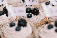 Cupcakes / Cupcakes sind die perfekte Leckerei für eine Hochzeit - nicht nur für die Kleinen! Mit unseren Ideen kannst Du sie zu einem besonderen Geschenk für alle Gäste machen. http://www.weddix.de/hochzeitsshop/tortendeko-figuren/cupcakes-hochzeit-deko.html