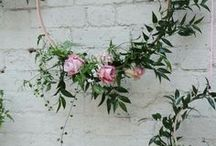 Blumendeko für die Hochzeit / Dekoideen und Accessoires mit Blütenmuster sind perfekt für eine romantische Hochzeitsfeier! - Jetzt nachsehen auf weddix.de