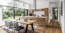 CASE: Natur ude og inde / Du bliver bjergtaget af udsigten til den parklignende have, når du besøger familien Stensbjergs hjem i Sejs. Familien er glad for naturen, og de har bevidst gennem indretning valgt at fremhæve naturen. Indenfor har du også fornemmelsen af natur. Parret anvender egetræet med sin naturlige glød i det nye køkken og på gulvet.  Indretningen af køkkenet i huset er som oprindelig tegnet af arkitekten. Det nye Tvis køkken er en kombination af den glatte Nordic eg og de klassiske lameller i M-line eg.