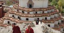 China - Tibet - Tybet / Tybetański Region Autonomiczny, Tybet – region autonomiczny Chińskiej Republiki Ludowej ze stolicą w Lhasie. Powstał w 1965 roku w wyniku połączenia dotychczasowego regionu Tybet i terytorium Qamdo. Obejmuje jednak jedynie 1,2 z 2,5 mln km² terytorium historycznego Tybetu.