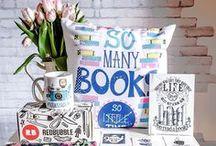 Produkte & Designs | Bücher | Für Leseratten / Deine Nase steckt immer in einem Buch? Du bist absolut besessen vom Lesen? Dieses Board steckt voller literaturinspirierter Designs und Prints, die deine Liebe zum gedruckten Wort zeigen. Wenn du Fan von John Green oder J.K. Rowling bist, am liebsten selbst dichtest oder schreibst oder einfach all deine Haustiere nach berühmten Charakteren der Literaturgeschichte benennst - dieses Board ist für dich!