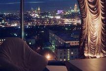 Вид на город / шторы / Головокружительные панорамы, восходы, закаты, плывущие под тобой облака, «пятый фасад» города, который иначе как с этой высоты не увидишь, а он ведь красив невероятно! А ночные виды? Даже банальные пробки, если смотреть на них с пятидесятого этажа, становятся арт-объектом: когда город расчерчен красными и жёлтыми светящимися прямыми, совсем по-иному воспринимаешь географию Москвы, её проспекты и магистрали.