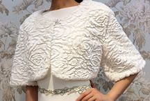 Шубки свадебные / Ничто так не украсит невесту на зимней прогулке, как изящная свадебная шубка. Это не только красивый и эффектный аксессуар, но и необходимость, поскольку зимние свадьбы нередко проходят при весьма суровых климатических условиях.  Даже в довольно теплые зимние дни, невеста нуждается в красивой верхней одежде, сочетающейся со свадебным нарядом. Невеста в белом платье и в шубке выглядит и эффектно, и дорого, создаётся впечатление, что эта женщина - истинная «хранительница очага».