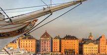 Stockholm_Reine de la Baltique / Construite au fil de l'eau, enjambée par une cinquantaine de ponts comme autant de traits d'union entre nature et culture, tradition et modernité,  Stockholm est une ville à la fois vibrante et sereine.  Un tour en bateau entre toutes les îles de Stockholm, même hors saison, permet de mieux comprendre les habitants de cette ville posée sur l'eau.  Stockholm prend soin de ses habitants : Ce souci écologique permanent a fait de Stockholm la première « capitale verte » de l'Europe.
