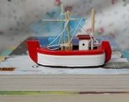"""Kinderbücher & mehr / Wir lieben Kinderbücher! Deshalb findet Ihr hier wunderbare Bücher für Kinder und ihre mitlesenden Eltern, aber natürlich auch Jugendbücher, Bastelbücher, Rätselbücher, Sachbücher, Wissensbücher, Bilderbücher, Mitmach-Bücher und vieles mehr! Und natürlich alles Ausgaben des """"Bücherboots"""", meines Kinderbuch-Specials auf dem Blog."""
