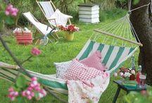 Unelmien puutarha / Ideoita kauniin puutarhan rakentamiseksi joko kerrostalon, rivitalon tai omakotitalon pihalle. Taloyhtiön pihat ovat monesti äärimmäisen tylsiä. Käytetään mielikuvitusta ja tehdään pihoista olohuoneen jatke myös taloyhtiöön.