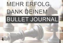 BULLET JOURNAL / Dein Bullet Journal: Mit mehr Achtsamkeit, Zufriedenheit und Erfolg. Ob FiloFax oder Kladde, Bullet Journaling liegt voll im Trend und steigert deine Produktivität auf kreative Art und Weise. Hier findest du viele BuJo-Vorlagen und BuJo-Ideen