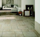 PIETRA DI LECCE / Alle calde colorazioni, tipiche della pietra salentina, si aggiungono due versioni di tendenza. Il bordo rustico e tre diversi formati modulari suggeriscono una vasta possibilità di schemi di posa, in interno e in esterno.