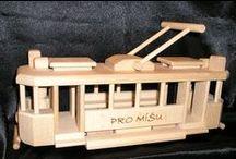 Tramvaje  - dřevěné hračky / Ručně vyráběné české dřevěné hračky pro děti. Tramvají máme v nabídce 3 typy. Vždy vychází ze skutečné tramvaje.  1. prvorepubliková tramva Tatra - Ringhoffer. 2. Moderní typ tramaje Tatra. 3. zvětšená tramvaj Tatra - Ringhoffer. Jsou plně pojízdné a má sklopnou trolej na střeše. Je v nabídce sólo hračka, dále v panoramatické dárkové krabici. Dále i s dřevěnou podstavou - ideální dárek k narozeninám pro řidiče tramvají + možnost vypáleného věnování. www.soly.cz