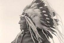 Tribute to Sioux / Seules résonnent la dévotion d'un peuple pour la nature et la foi en la Providence :  des motifs ancestraux, des couleurs folk et puissantes. des tissus délicats recto/verso tout en harmonie Tribute to Sioux, une collection à la trame nomade et éthique  http://www.mybazarisrich.com/tributetosioux.html