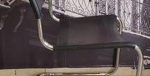 Thonet S33 Design Mart Stam / komplet 6 krzeseł typu swing chair firmy Thonet, model S33, projekt Mart Stam 1926 rok. Bauhaus Okres produkcji lata 80-te XX wieku. Oparcie i siedzisko skóra naturalna w kolorze czarnym. Stelaż stalowa, chromowana rura.  Krzesła dostępne od ręki.   Satz von 6 Thonet Stühle. Model S33. Projekt Mart Stam aus dem Jahr 1926.
