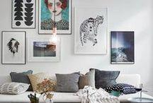 Domowa galeria sztuki / Ten, kto powiedział, że mniej znaczy więcej z pewnością nie miał na myśli plakatów i zdjęć, które doskonale nadają się do dekoracji wnętrz. Fotografie, rodzinne pamiątki i reprodukcje zebrane razem i odpowiednio wyeksponowane mogą całkowicie zmienić charakter wnętrza. Wbrew pierwszemu wrażeniu, ten pozorny chaos można utrzymać pod kontrolą i stworzyć niepowtarzalną galerię we własnym domu. #galeria