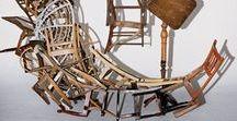 Marc Andre Robinson / Raccolta di una serie di opere di questo artista americano, che crea l'equilibrio con oggetti di per sè sinonimo di equilibrio, le sedie. Giocando con il dialogo tra arte e artefatto, raccoglie vecchi mobili e li trasforma in oggetti d'arte molto complessi e perfettamente equilibrati. Tale creatività caratteristica dell'autore si può vedere sul suo sito web www.marcandrerobinson.net .