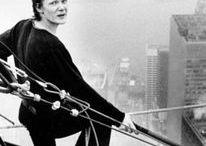 """Philippe Petit / Camminare su un filo posto ad altezze vertiginose, è oggi considerata una forma d'arte, grazie alla spettacolarità ai limiti della fisica. L'interprete più conosciuto è Philippe Petit, l'unico ancora in vita a poter vantare molte vertiginose traversate. A renderlo ancora più famoso, è il film """"The Walk"""" 2015."""
