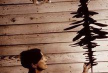 Louise Bourgeois / Un forte volto femminile nel panorama dell'arte. Nasce nel 1911, vive quindi la sua infanzia nel dopoguerra e gli anni a venire nel duro periodo della seconda guerra mondiale. Le circostanze storiche e sociali l'hanno resa la donna che ora tutti nell'arte conoscono, ma non solo. Anche i rapporti famigliari l'hanno rafforzata, la sua infanzia sofferta è spesso soggetto dei suoi lavori.