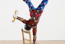 Yinka Shonibare / Artista di origini nigeriane che con i suoi colori vivaci e le buffe composizioni denuncia in verità forti tematiche.