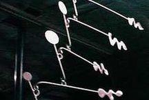 Bruce Gray / Sculture di Los Angeles, affermato da molti anni nel campo dell'arte. L'estetica dei suoi lavori è il suo marchio di fabbrica, non solo a livello compositivo. I materiali sono sempre ferro e derivanti. Il suo stile fermo alla visone futuristica degli anni 80-90, lo troviamo anche in scenografie di vari film di quegli anni ( vedi sul sito ufficiale ). Lo citiamo per i suoi lavori sull'arte cinetica, un tema già incontrato con Alexander Calder.
