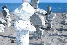 Charles Alexander Moffat - Sculptures / La Rock Art Balancing in mezzo alla spiaggia. Charles Moffat conosce l'arte delle pietre in equilibrio in Canada, dall'artista Aimee Rimes. Lavora già nel campo della scultura con legno e metalli, ma la considera un hobby. La sua carriera è segnata dalla pittura, in cui mette tutto se stesso. Tuttavia tra i suoi lavori troviamo queste rocce in equilibrio su una spiaggia. E' rimasto evidentemente così affascinato dall'arte della stone balance da volerla provare a interpretare.