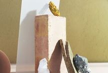 """Gemma Therese Pearce / """"A Balancing Act"""" sono 7 fotografie che rappresentano i chakra e i loro minerali. Gemma Therese Pearce è un'artista e una designer. I suoi lavori sono video e fotografie, esteticamente molto moderne e colorate. Nella sezione 'Still Life' del suo sito troviamo 'A Balancing Act', sette fotografie con dei minerali in equilibrio. E' usato come similitudine per richiamare la funzione dei minerali, legati all'equilibrio interiore dei chakra che essi rappresentano."""
