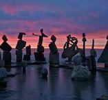 Peter Riedel / Artista della Stone Balance, distinguiamo i suoi lavori per la location che non cambia mai, il mare e la spiaggia. L'elemento marino accompagna tutti i suoi lavori, arricchendo le rocce di riflessi e colori diversi dai soliti.