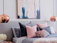 Rose Gold / Foi em 2015 que as primeiras imagens do rose gold invadiram o Pinterest. Desde lá, a tendência de decorar o ambiente com o tom de cobre queridinho dos europeus cresceu cada vez mais. Como a sofisticação do rose gold torna-se o centro das atenções, a dica é investir na tonalidade em objetos pequenos combinando-a com paredes, cortinas e pisos em cores neutras para não deixar o visual carregado.  Leia mais em nosso blog: https://blog.sincenet.com.br/rose-gold-amamos/