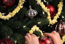 Adorna el árbol con palomitas esta navidad / Una manera muy sencilla, económica y divertida de decorar el árbol navideño es con palomitas de maíz. Haz una o dos bolsas de palomitas, pinta  algunas de colores con pintura en aerosol, deja otras en blanco, ensártalas  con hilo y aguja y elabora tiras de diferentes colores que podrás poner  alrededor del árbol, es una actividad muy divertida en la podrá participar toda  la familia. Esta Navidad cumple tus deseos en Comercial Mexicana y Mega.