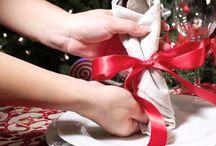 Tips de como adornar una mesa navideña / Para que tu mesa luzca hermosa en estas cenas de temporada una forma  muy alegre y vistosa es envolviendo los cubiertos dentro de una servilleta de  tela blanca y atarla con un listón rojo, asi mismo coloca unas velas rojas y un  centro de mesa con frutos secos de temporada. Para decorar tu hogar, esta  Navidad cumple tus deseos en Comercial Mexicana y Mega.