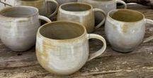 Monas Keramik - Fikastund / Handgjord keramik såsom kaffekoppar, temuggar, mjölkkannor, fat m.m. Vacker och skön keramik för fikastunden.  #fika #kaffe #kaffekopp #keramik #keramikkopp #te #tekopp #keramikmugg #mugg #temugg #handgjord #hantverk #kurs #keramikkurs #drejkurs #skaparglädje #monaskeramik #monaskeramikkurser