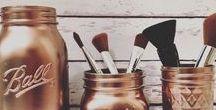 Bien ranger son coin beauté / Vous ne savez plus comment ranger et organiser votre maquillage et vos accessoires ?  N'aillez crainte, nous vous avons déniché quelques astuces ! DIY, récup, organisation ... découvrez toutes nos idées pour bien ranger son coin beauté.