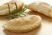 Recetas - Empanadas ...... !!..... / La empanada es un alimento preparado compuesto por una fina masa de pan, quebrada, de hojaldre, rellena de cualquier alimento salado o dulce. Generalmente se hacen con trigo, pero pueden también estar hechas con masa de maíz y otros cereales, y a veces con la adición de alguna grasa, como el aceite o la manteca. Es un alimento elaborado por la mayoría de las culturas gastronómicas de todos los países.  (Lo leí en un blog)