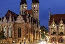 Braunschweig bei Nacht / Wenn sich die Nacht über Braunschweig legt, strahlt die Löwenstadt von innen heraus. Vor allem in der Winterzeit, wenn sich die Innenstadt in eine magische Weihnachtsstadt verwandelt, in der es überall leuchtet und glitzert.