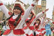 """Braunschweiger Karneval / Karneval gehört zu Braunschweig wie der Löwe zu Heinrich. Schon im Jahre 1293, somit sogar früher als in Köln, wurde das erste Mal nachweisbar """"Schoduvel"""" in der Löwenstadt gefeiert. Heutzutage locken jährlich drei große Karnevalsgesellschaften mit ihrem bunten Veranstaltungsprogramm. Höhepunkt der Karnevalssession bildet der Braunschweiger Karnevalsumzug """"Schoduvel"""", der mit 140 Motivwagen, mehr als 5.000 Aktiven und über 200.000 Zuschauern der größte Umzug in Norddeutschland ist."""