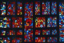 Vitraux - Couvrechef-La Folie, Caen / En 1956 -1959 Castro compose la verrière de la Création du Monde pour l'église du monastère de Couvrechef, Caen (Architecte. Jean Zunz) cette œuvre de 6 m de hauteur sur 20 m de largeur, plus trois lancettes de façade, est fondé sur les hymnes ambroisiens pour vêpres qui chantent la Genèse.
