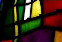 Vitraux - Dietrich Bonhoeffer Kirche, Hamburg / En 1968-1969, Castro a composé la verrière de la Rédemption pour le premier temple luthérien dédié au grand théologien, résistant et martyr allemand Dietrich Bonhoeffer (architecte: Gerhart Laage). La verrière représente les cinq festivités majeures de l'année liturgique ; Nativité, Passion, Résurrection, Ascension et Pentecôte.