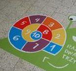 NAKLEJKI PODŁOGOWE / Gry korytarzowe Smart Plac to ciekawy pomysł na uatrakcyjnienie dzieciom przerw lekcyjnych, świetna zabawa, a także doskonałe rozwiązanie dla nauczycieli, by urozmaicić zajęcia uczniom. Do wyboru ponad 70 kolorowych gier edukacyjnych i rekreacyjnych do montażu na różnego rodzaju podłogi: wykładziny winylowe, marmur, lastrico, glazura, parkiet.