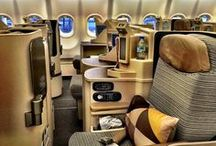 Business Class Flight || Airport Lounge / Über den weißen Watte Wolken zu fliegen und dabei in einem bequemen Bett zu schlafen, wer träumt davon nicht? Doch die Auswahl fällt nicht leicht! Fliegst du lieber mit Qatar oder doch lieber mit Air Canada? Doch auch Etihad Airways punktet mit seinen Business Class Sitzen in der neuen A380 Maschine! Bevor dein Flug startet solltest du dir auf jeden Fall einen Aperitif in den Business Class Lounges gönnen!