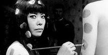 Kusama, Yayoi / La 84enne artista e scrittrice nipponica Yayoi Kusama è considerata tra i grandissimi precursori della Pop-art, ed ha influenzato contemporanei come Andy Warhol, Claus Oldenburg e Roy Lichtenstein. L'arte è il suo mondo nel quale vive e si esprime.  La sua è certamente un'arte provocatoria, con tele lunghe decine di metri, infinity rooms, sculptures a temi sessuali, perfomance di denuncia, che ha precorso i tempi negli Stati Uniti e in tutto il mondo.