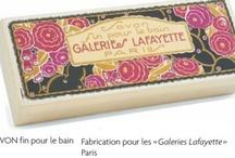 Roger & Gallet Savon  / A partir de 1888, Roger & Gallet amplia significativamente su actividad, desarrollo y fabricación de productos para muchos clientes. En Francia, es todo primeras tiendas departamentales como Le Bon Marché, Galeries Lafayette,  Le Bazar de l'Hotel de Ville ....