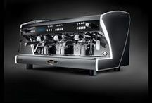 Polaris / Polaris: a coffee machine with character, with heart, and able to give personality to any location. In addition to the new backlit keypad system, it also presents a completely revised design: the body becomes aerodynamic and futuristic, with the possibility of a particular game of RGB LEDs on the side panel that make it unique in its kind.
