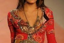 Barbara`s Style / mein Stil ist farbenfroh, kreativ, inspiriert vom Gipsy-Stil, sinnlich und archaisch, was sich in Blumenmustern, Paisley, Tiermustern und ethnischen Mustern widerspiegelt. Auch mystische und historische Inspirationen finden sich in meinem Stil-Portrait. Archetypen wie Königin,Kriegerin und Magierin ergänzen das Bild. Und ein bißchen crazy darf es auch ab und zu sein.