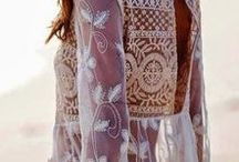 Renates Style / Renate hat eine üppige Sanduhr-Figur und ist vom Stil-Typ ein sinnlicher Typ mit natürlichen Elementen. Sie liebt Gehäkeltes, Durchbrochenes und ihre Farb-Gebung ist kühl und klar, sie bevorgzugt Türkis, Weiß und Pink.